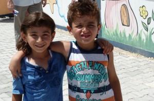 weeskinderen die er samen hopen door te komen